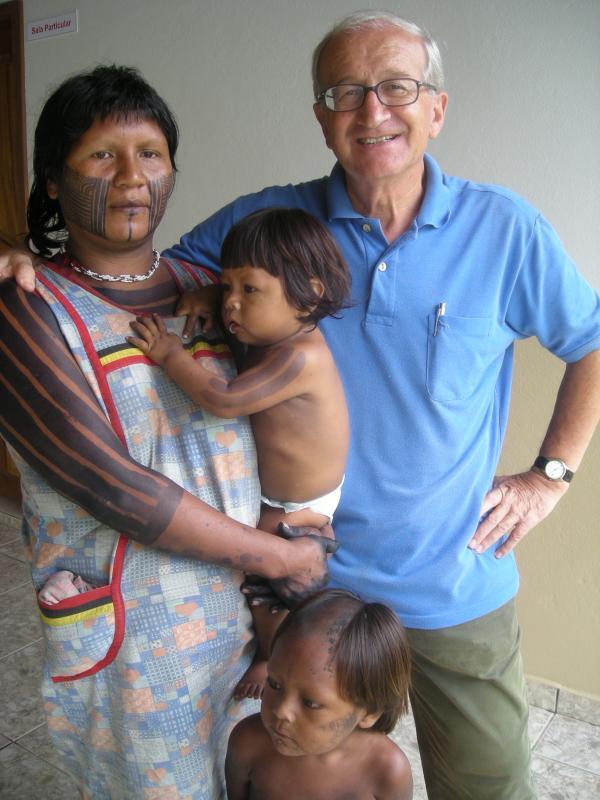 Renato e una famiglia Kayapò